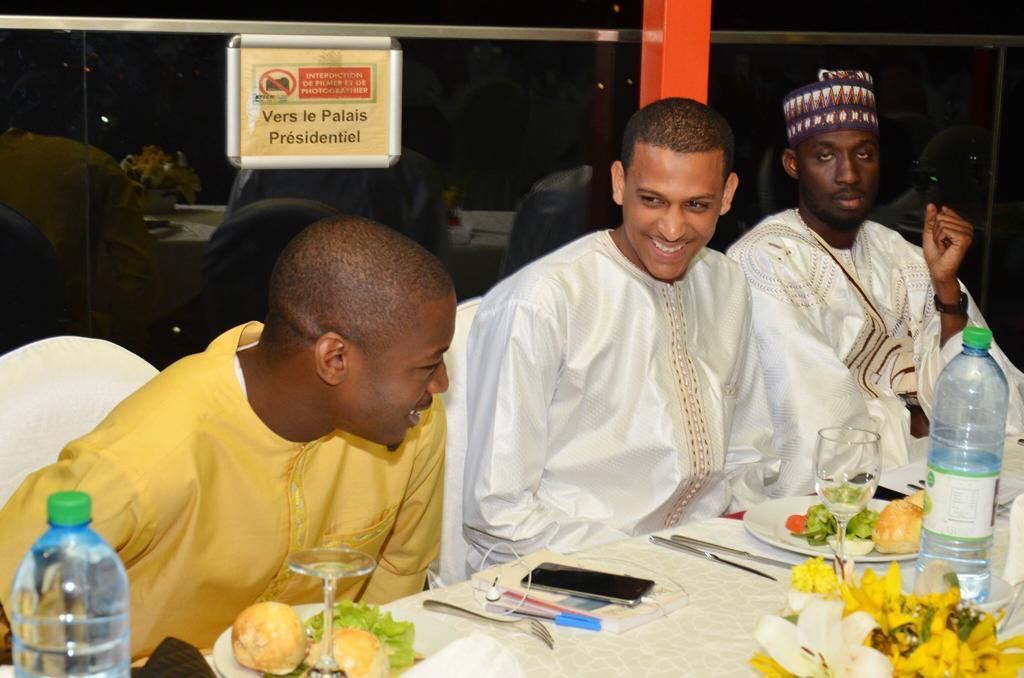 Influences Magazine distingue les 50 personnalités les plus influentes de l'Afrique de l'Ouest (Photos) - Un groupe de personnes assises à une table dans un restaurant - Le déjeuner