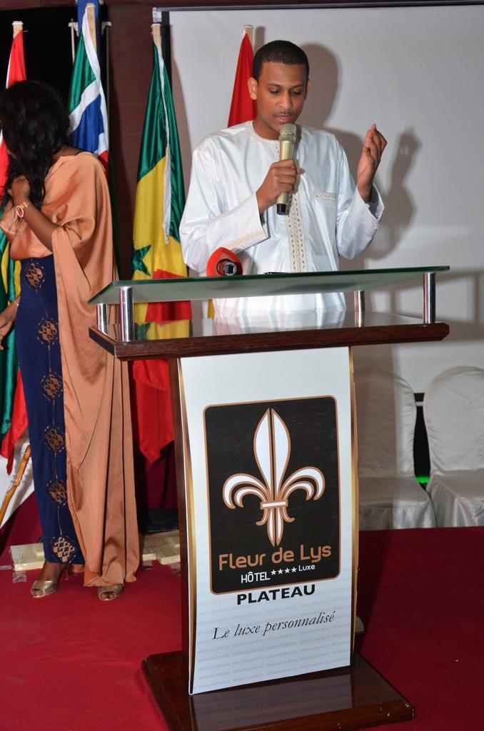 Influences Magazine distingue les 50 personnalités les plus influentes de l'Afrique de l'Ouest (Photos) - Un groupe de personnes dans une chambre - Relations publiques