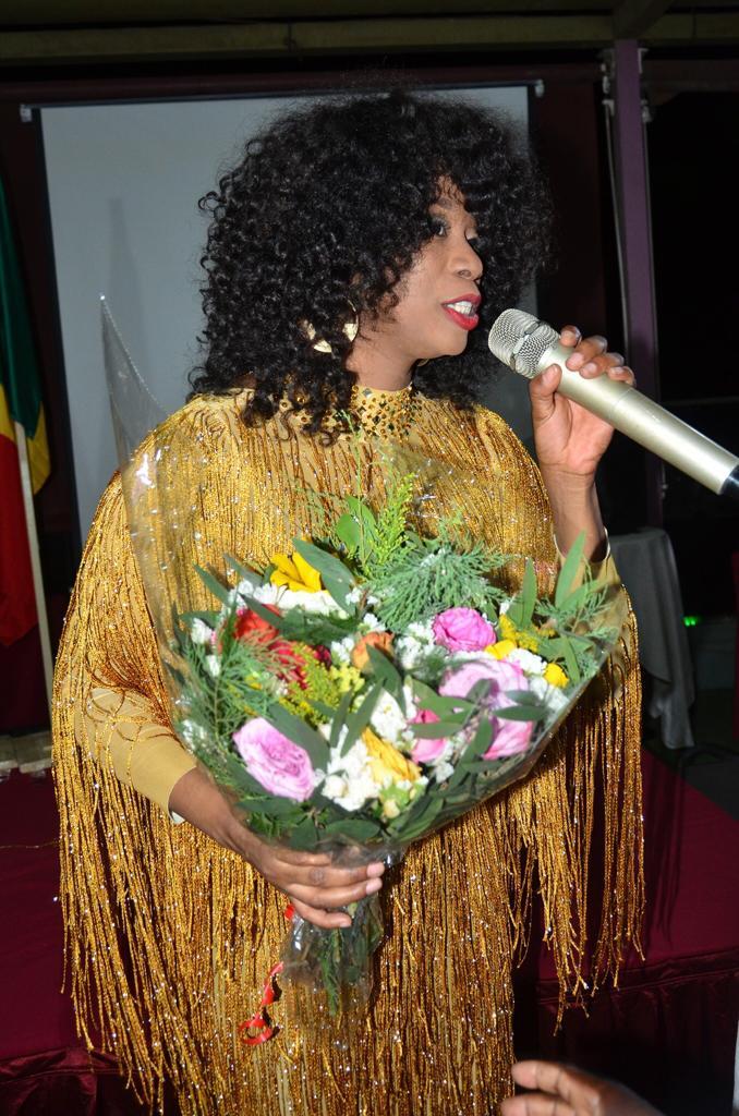 Influences Magazine distingue les 50 personnalités les plus influentes de l'Afrique de l'Ouest (Photos) - Une personne qui parle sur un téléphone cellulaire - Art floral