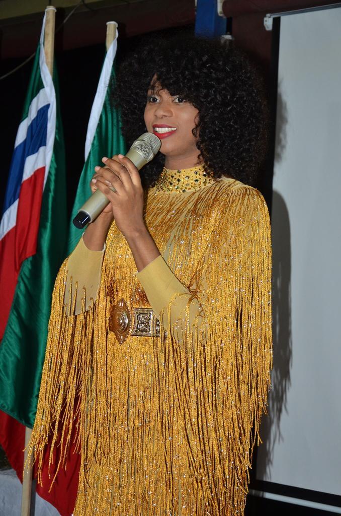 Influences Magazine distingue les 50 personnalités les plus influentes de l'Afrique de l'Ouest (Photos) - Une personne qui parle sur un téléphone cellulaire - Cheveux longs