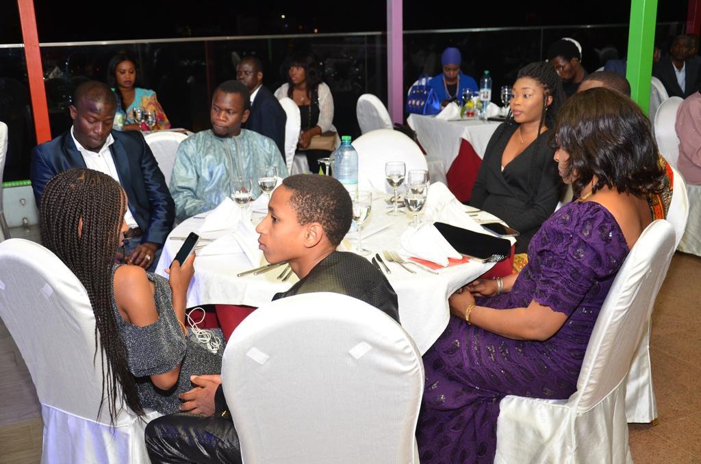 Influences Magazine distingue les 50 personnalités les plus influentes de l'Afrique de l'Ouest (Photos) - Un groupe de personnes assises devant une foule - la communication