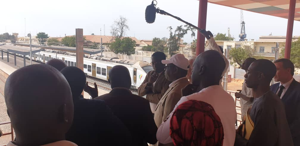 - Un groupe de personnes debout devant une fenêtre - Foule