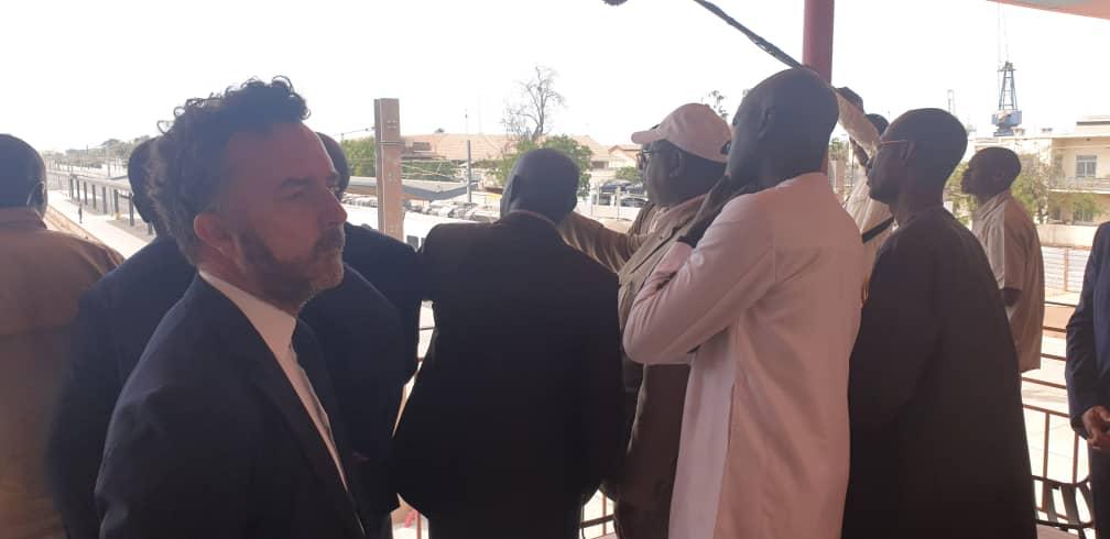 - Un groupe de personnes debout à côté d'un homme - Macky Sall