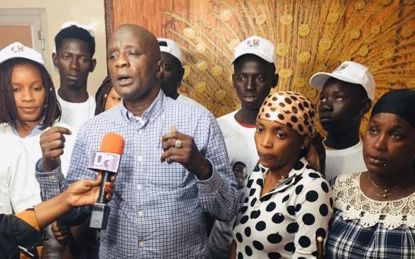 Affaire Petro Tim : «Macky Sall, ne cherche à protéger ni Massamba ni Mademba», selon le Ccl - Yves Castanou et al. posant pour la caméra - Macky Sall