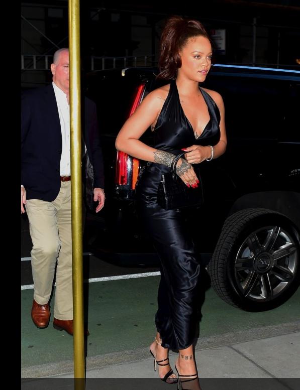 Brouillon auto - Rihanna posant pour une photo - jeans
