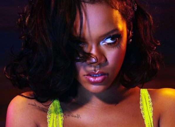 Rihanna irrésistible… (photos) - Une personne portant une chemise jaune - Rihanna