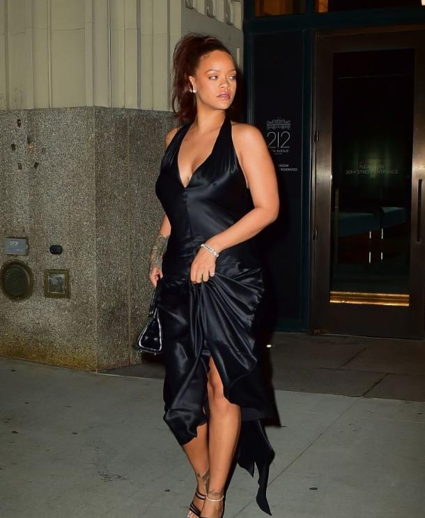 Brouillon auto - Une femme en robe noire - Rihanna