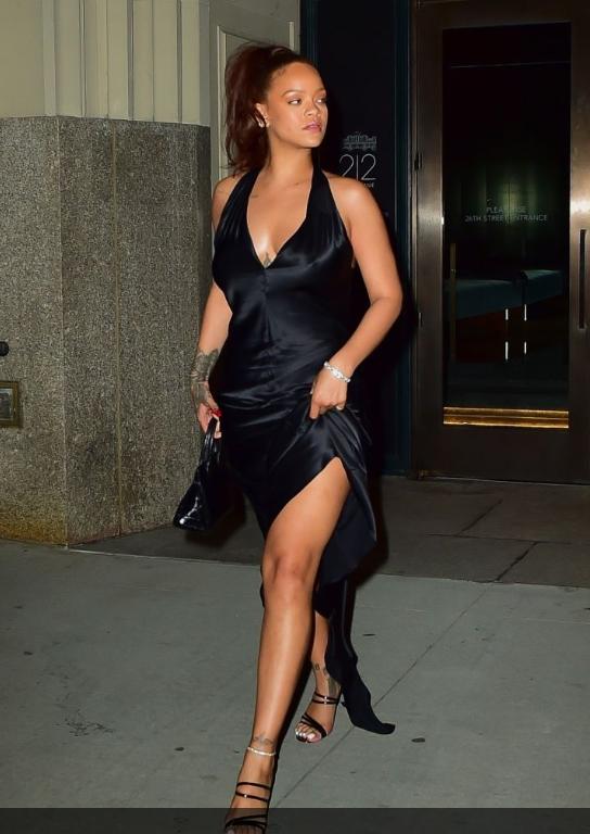 Brouillon auto - Une femme vêtue d'une robe noire - Cuisse