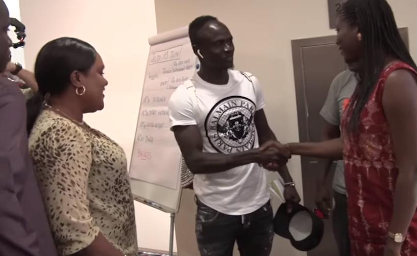 Hotel 5 étoiles : Accueille triomphal de Sadio Mané…(vidéo) - Un groupe de personnes debout à côté d'une personne - Mode
