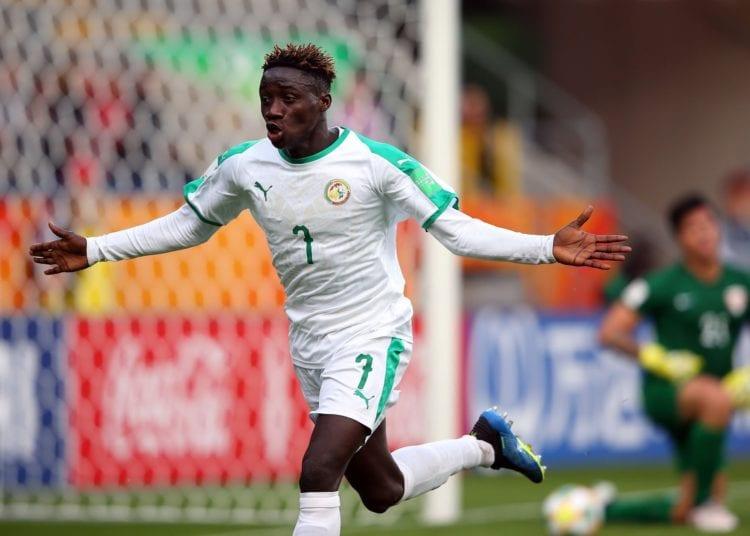 Mercato : Amadou Sagna tout proche de signer à Valence ! - Un homme tenant un ballon de football - Coupe du Monde FIFA U-20 2019