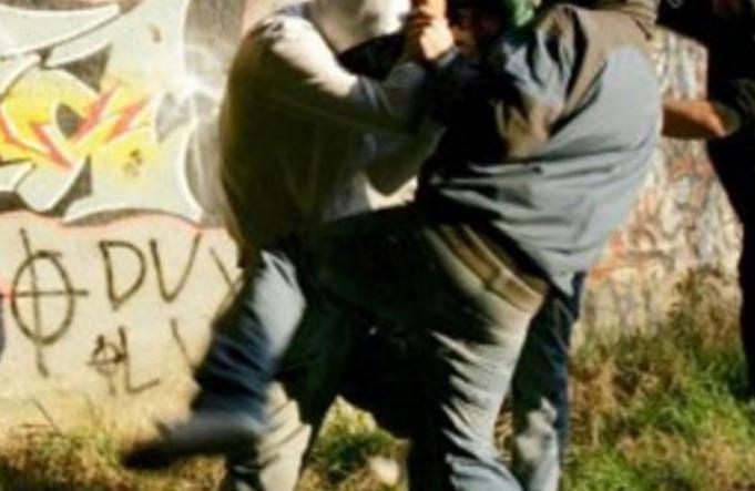 Italie : Un Sénégalais agressé en pleine rue… - Un groupe de personnes dans un champ - Harcèlement