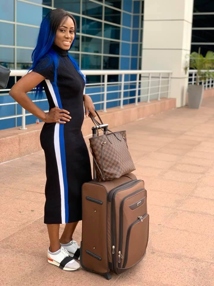 72323675 2720338441330542 478204716753354752 n - Queen Biz quitte le Sénégal avec un look fashion et correcte