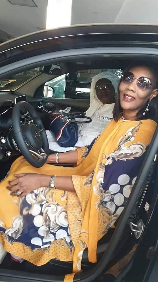 a - Sokhna Oumou Sy à bord de sa luxueuse limousine offerte par Ahmed Khalifa
