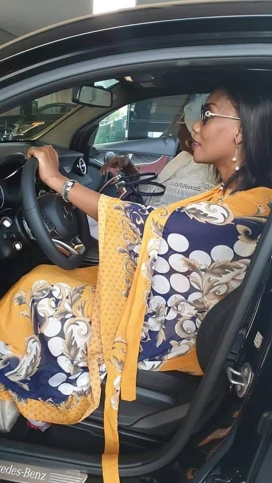 b - Sokhna Oumou Sy à bord de sa luxueuse limousine offerte par Ahmed Khalifa