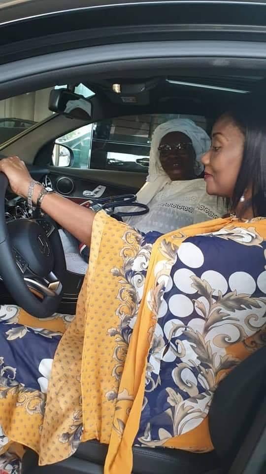 c - Sokhna Oumou Sy à bord de sa luxueuse limousine offerte par Ahmed Khalifa