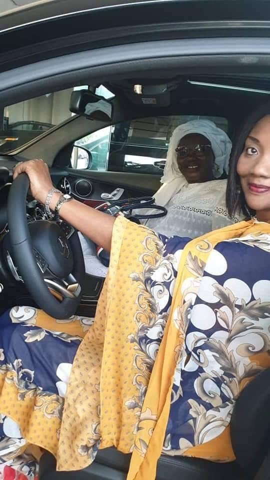 d - Sokhna Oumou Sy à bord de sa luxueuse limousine offerte par Ahmed Khalifa