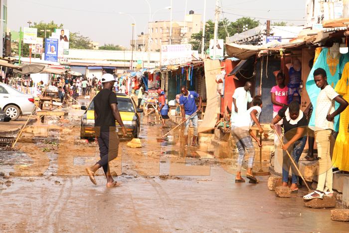 marche hlm pluie 2 - (20 photos) -Tornade à Dakar : Arbres déracinés, toits envolés...