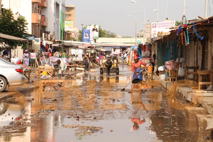 marche hlm pluie 4 - (20 photos) -Tornade à Dakar : Arbres déracinés, toits envolés...