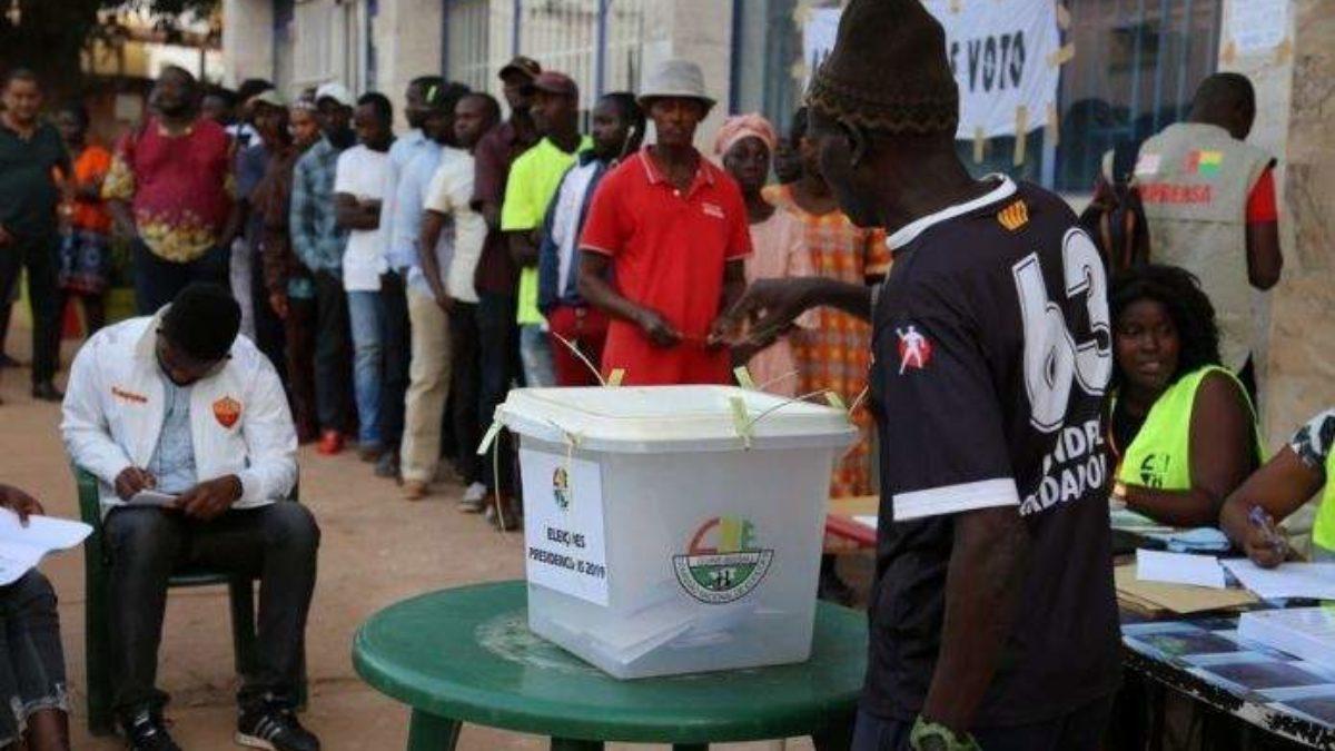 Présidentielle Guinéenne : Un homme tombe devant son bureau de vote et meurt…