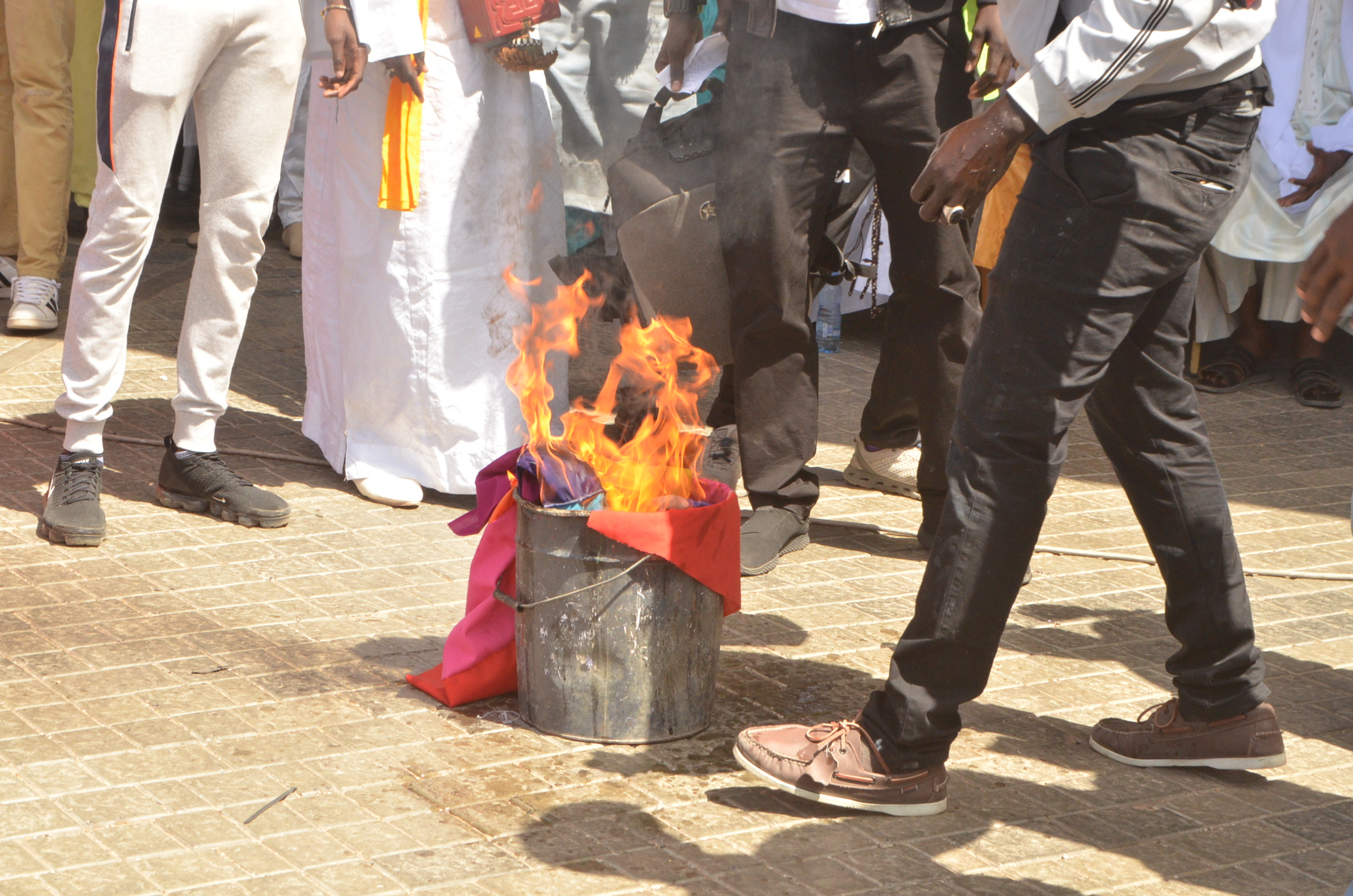 (Photos) Le drapeau Lgbt brûlé publiquement au Sénégal