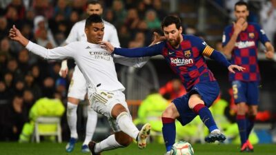Real Madrid's Brazilian midfielder Casemiro (L) challenges Barcelona's Argentine forward Lionel Messi during the Spanish League football match between Real Madrid and Barcelona at the Santiago Bernabeu stadium in Madrid on March 1, 2020. (Photo by GABRIEL BOUYS / AFP)