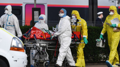 Medical staff push a gurney carrying a patient infected with COVID-19, after being taken off a train that left Paris' Gare d'Austerlitz earlier in the day and arriving at Quimper railway station in western France on April 5, 2020, on the on the 20th day of a lockdown in France aimed at curbing the spread of novel coronavirus, COVID-19. - France has been evacuating COVID-19 patients from packed hospitals in hard-hit regions to hospitals is less affected regions of the country by transporting them in medically equipped TGV high speed trains (Photo by Fred TANNEAU / AFP)