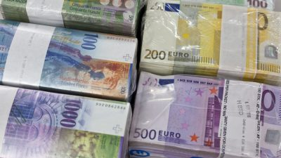 """Bundles of bank notes of Swiss Francs and Euros at the bank vault of the """"Zuercher Kantonalbank"""" bank, pictured on August 9, 2011 in Zurich, Switzerland. (KEYSTONE/Martin Ruetschi)"""