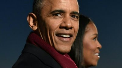 US President Barack Obama and First Lady Michelle Obama attend the National Christmas Tree Lighting on the Ellipse of the National Mall in Washington on December 1, 2016.  / AFP PHOTO / Nicholas Kamm